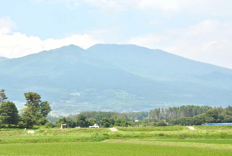 日中の佐久地方から久しぶりに見ることができた浅間山=23日午後2時すぎ、小諸市御影新田から