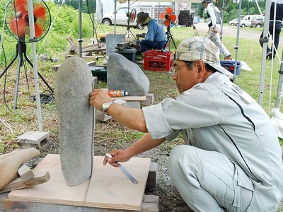 彫刻作家・野上公平さんの遺志継ぎ企画 石彫のまち新たな一歩 十日町の団体が公開制作