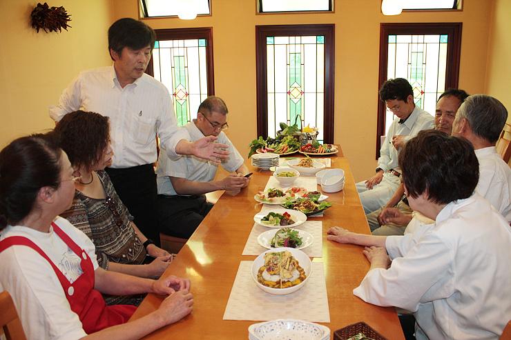 夏野菜のメニューを紹介し合う氷見カレー学会のメンバー