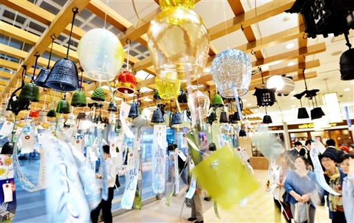 涼しげな音色で買い物客や観光客を楽しませている風鈴=26日、福井市のプリズム福井