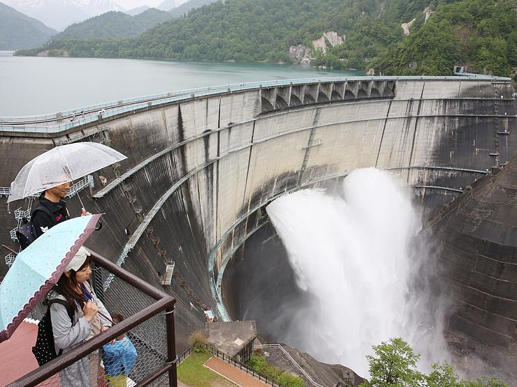 豪快な水煙を上げて観光客を魅了する黒部ダムの放水