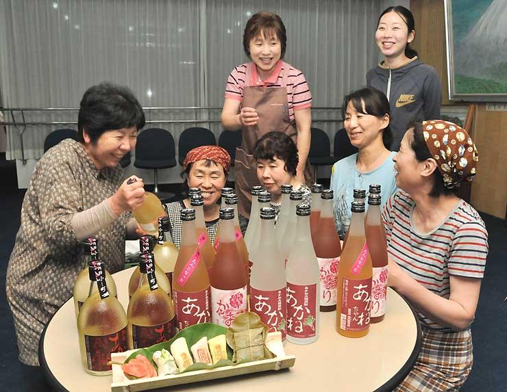 新たに「清内路小町」(左)が加わったあかね大根を使った焼酎シリーズ