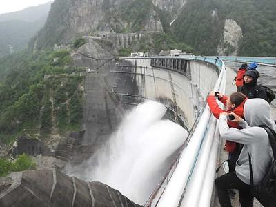 「想像以上」迫力の水しぶき 黒部ダムで観光放水始まる