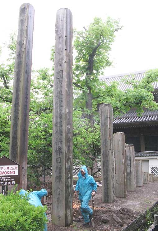 善光寺境内西にある歴代の回向柱。時間とともに朽ちていく柱が並ぶ