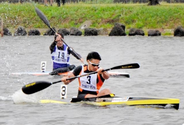 100メートルのスプリント競技に挑む参加者=27日、福井県あわら市の北潟湖