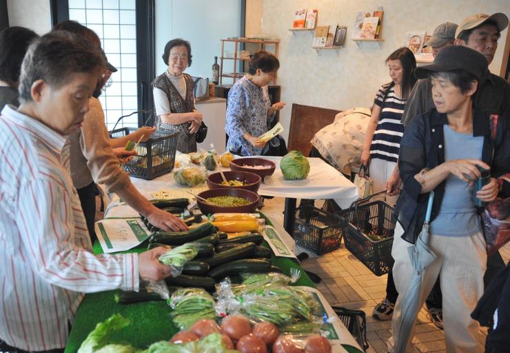 塩尻市産の農産物を買い求める客でにぎわった野菜市=27日、東京都渋谷区