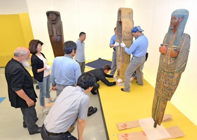 ビアンキ博士(左)の立ち会いのもと慎重に展示作業をする関係者ら=28日、福井市の県立美術館