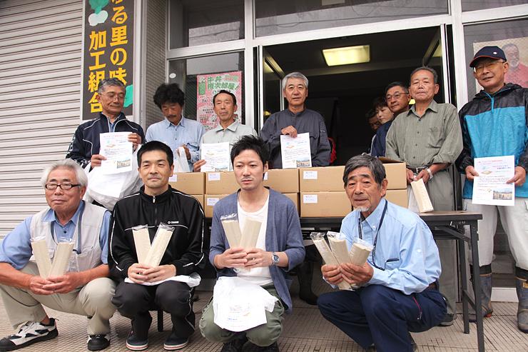 権次郎そうめんの配布出発式に集まった蓑谷地区村づくり協議会員ら