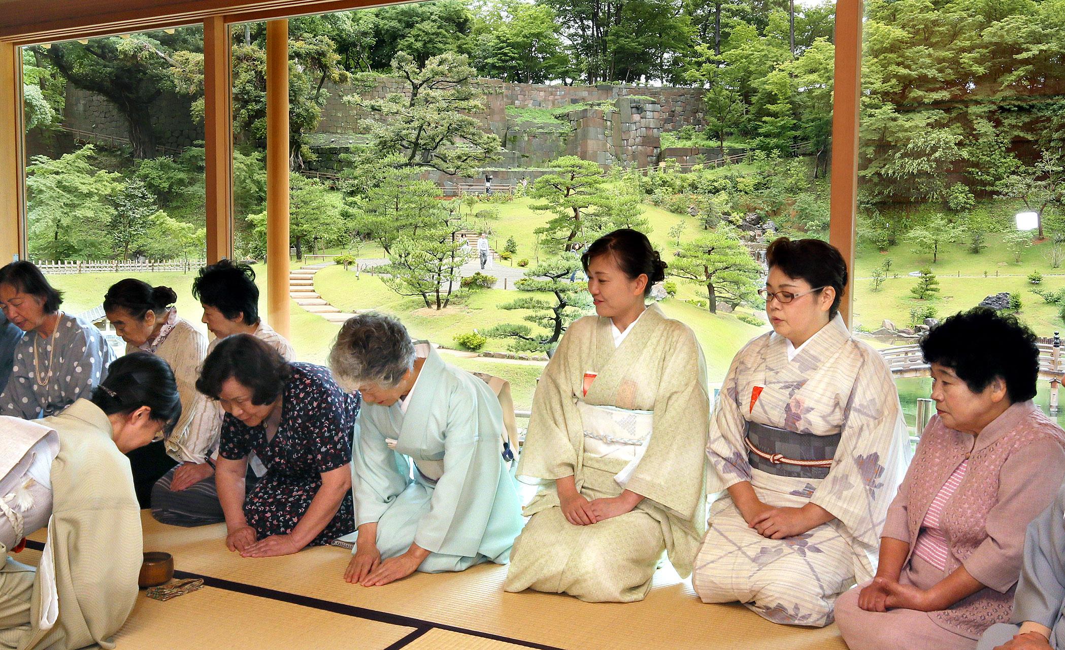 玉泉院丸庭園を眺めながら名品での一服を堪能した濃茶席=金沢城公園玉泉庵