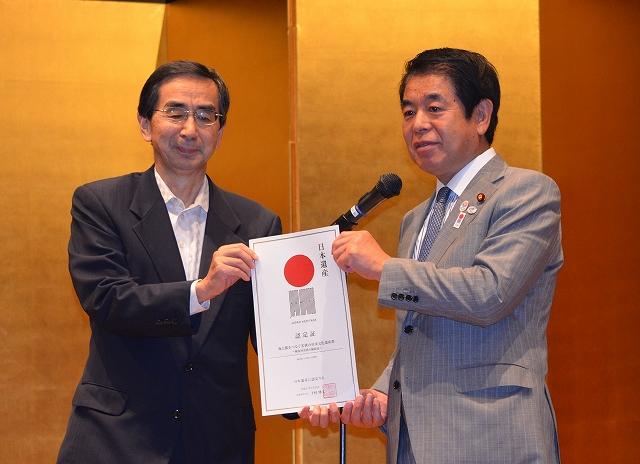 下村文科相(右)から日本遺産の認定証を受け取る福井県の西川知事=29日、東京国立博物館