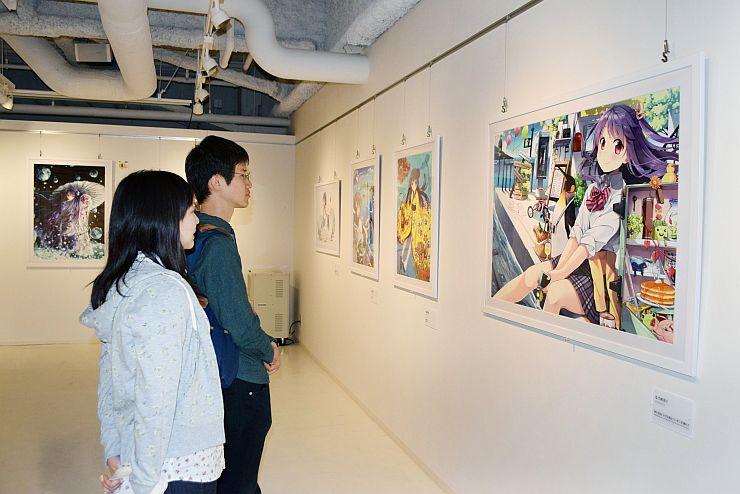 人気イラストレーターの作品が並ぶ「絵師100人展」=新潟市中央区