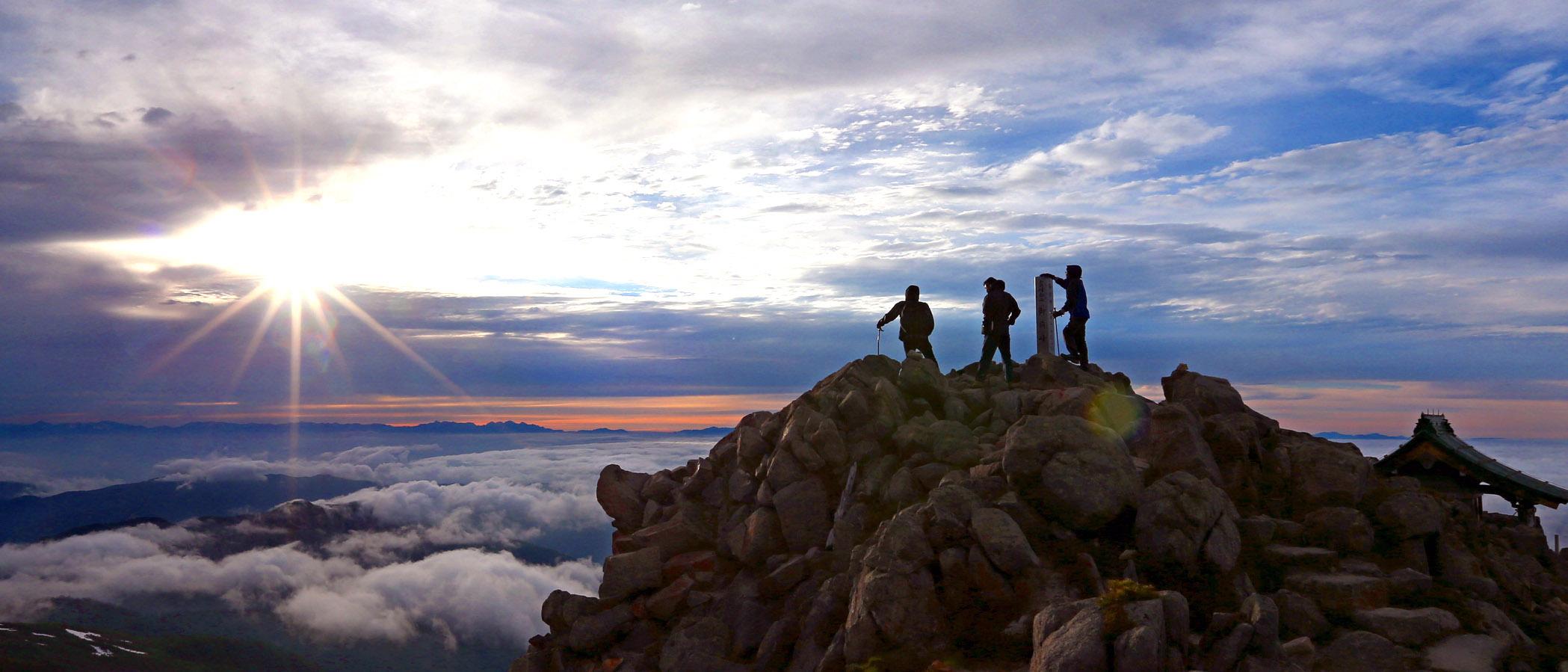 雲海の向こうに広がる朝焼けの空=30日午前5時半、白山御前峰山頂(三上聡一撮影)