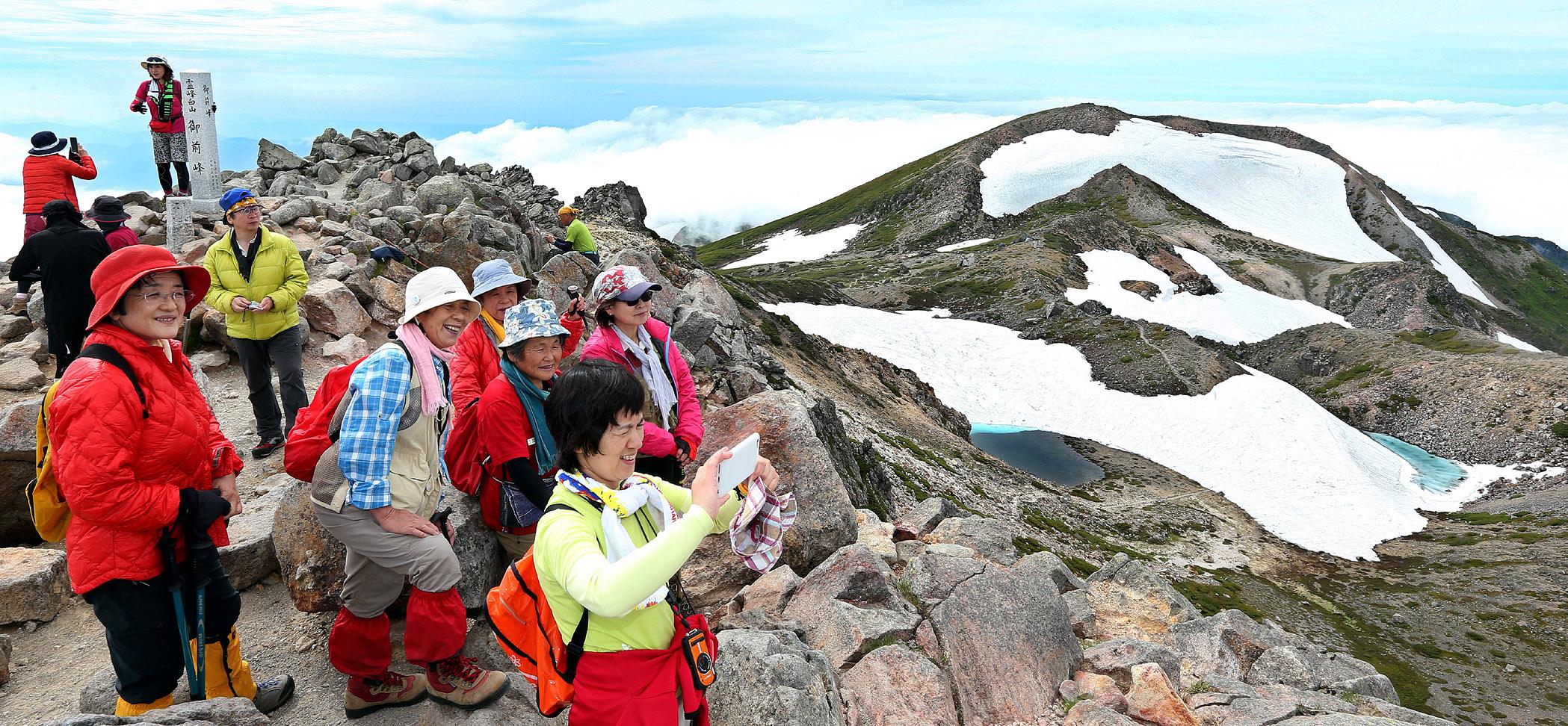 御前峰からの絶景を楽しむ登山客=30日午後3時(三上聡一撮影)