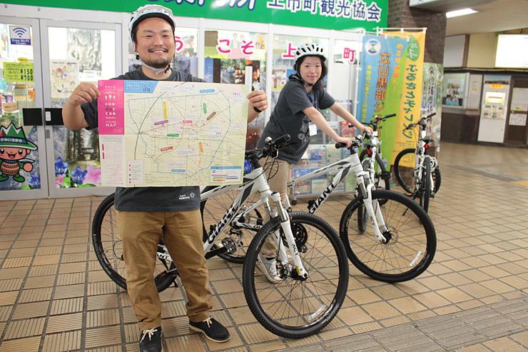 上市町観光協会で貸し出すマウンテンバイク。伊東さん(左)が自転車で回れるルートを載せたマップをデザインした