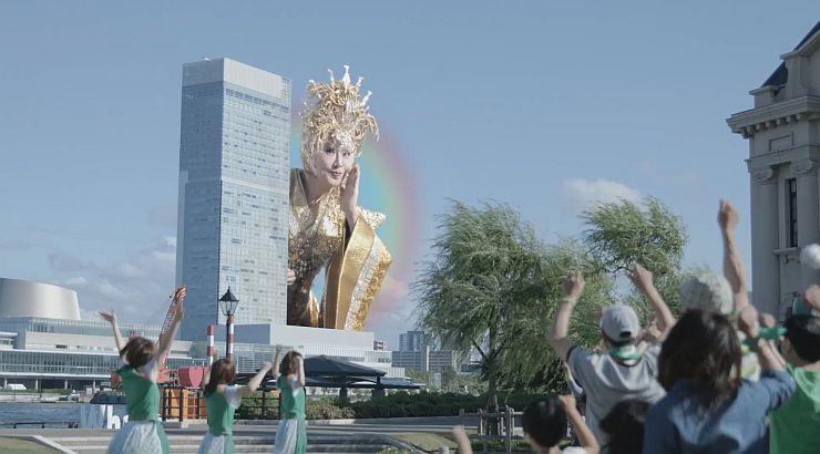 「にいがた★JIMAN!」PVの一場面。巨大な小林幸子さんが現れて歌う