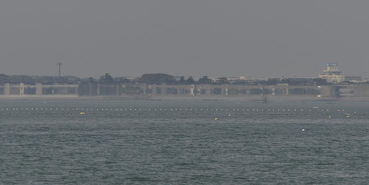 魚津市の海岸で4月22日に見られた春型蜃気楼。3~6月の出現回数は過去最多タイだった