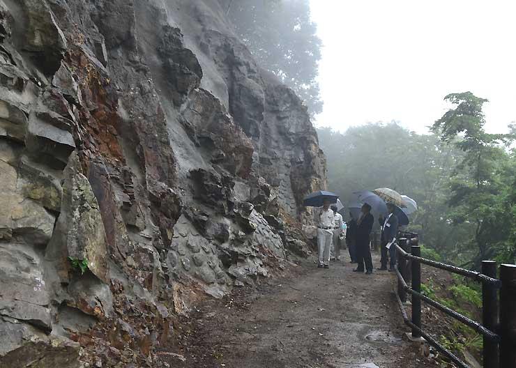 復旧工事が終わり全面開通した高山村山田温泉近くの「舞の道」