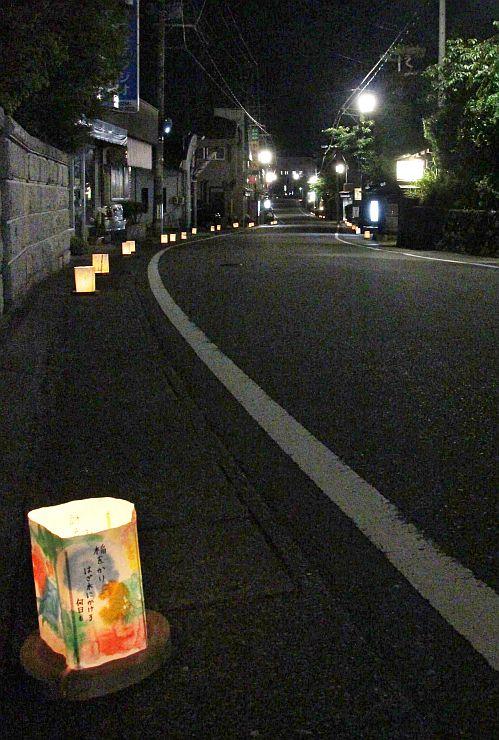 岩室温泉街で優しい光を放つ、小中学生が作った灯籠=30日、新潟市西蒲区