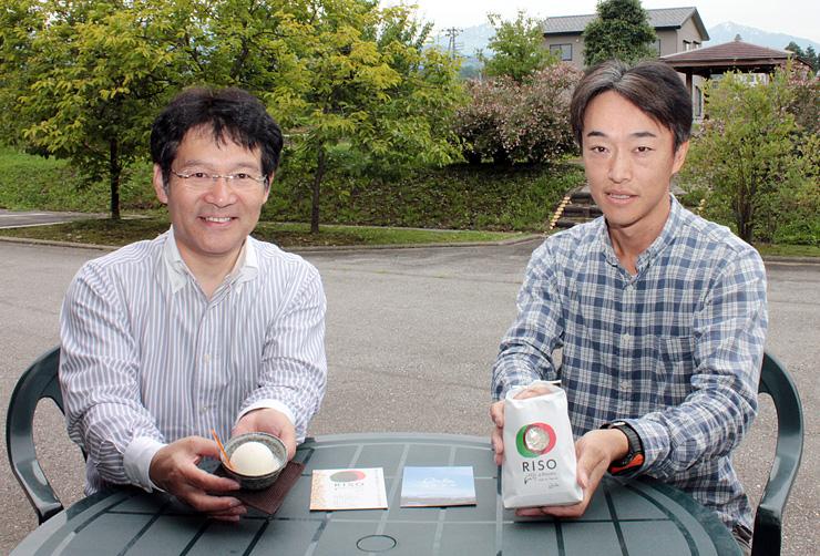 新たに販売するイタリア米と、米を使ったジェラートを紹介する稲葉さん(右)と茶木さん=上市町広野