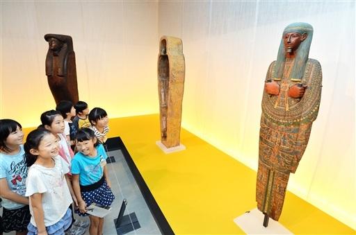 マミーボード(右)などの古代エジプト美術に見入る児童たち=3日、福井市の県立美術館