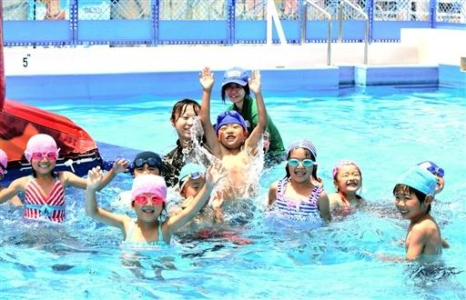 プールで遊び笑顔をみせる園児たち=3日、坂井市三国町の芝政ワールド