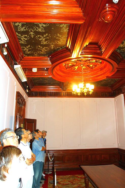 チューリップをデザインした金唐革紙など会議室の装飾を見学する来館者=砺波市花園町