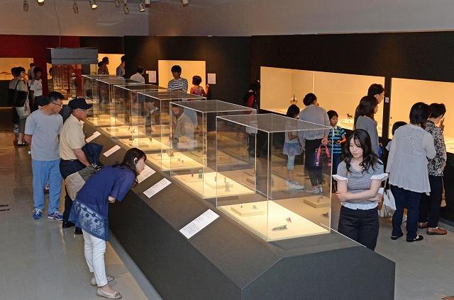 開幕から初の日曜を迎え、大勢の人でにぎわった「古代エジプト美術の世界展」=5日、福井市の県立美術館