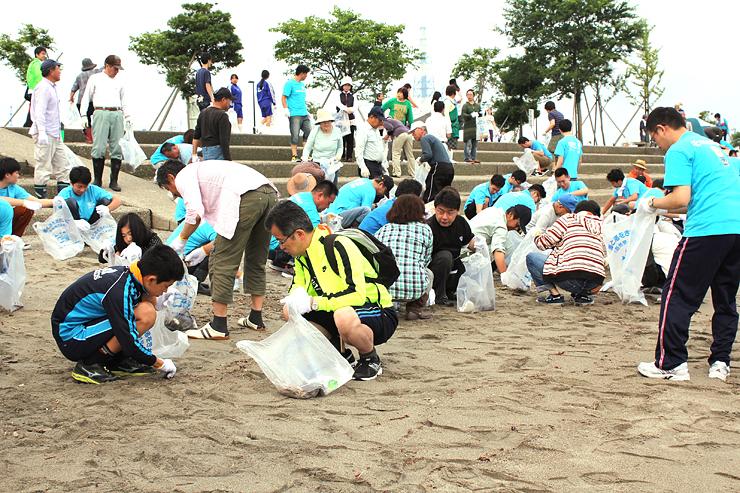 海岸でごみを拾い集める参加者=射水市海老江海浜公園