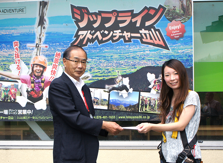 谷村社長(左)から記念品を受け取る柿下さん