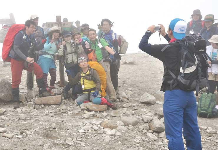 昨年9月の「中央アルプス山コンツアー」で記念撮影する参加者