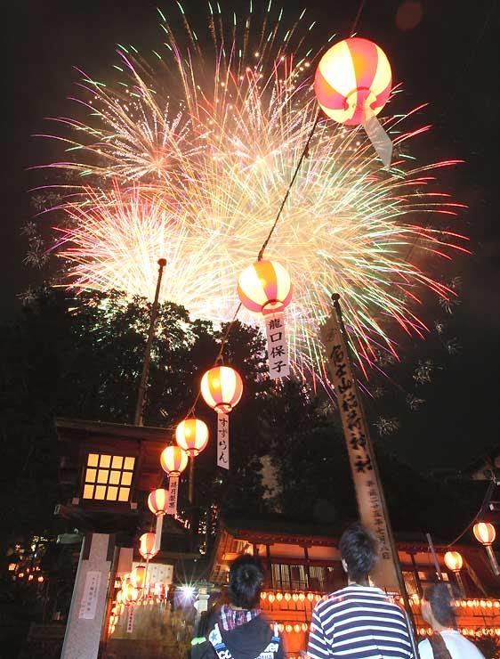 七夕の夜空を鮮やかに彩った「むぎわら祭り」の打ち上げ花火
