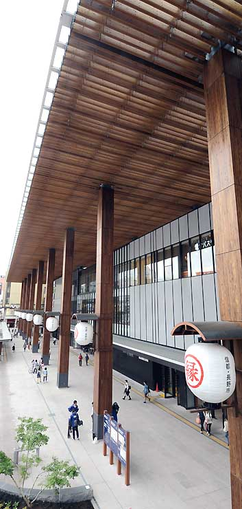 愛称が「門前回廊」に決まったJR長野駅善光寺口の大びさし・列柱