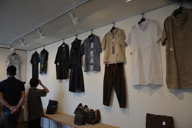 絣を現代風にアレンジした衣服が並ぶ作品展=7日、福井市三郎丸2丁目のギャラリー風遊舎