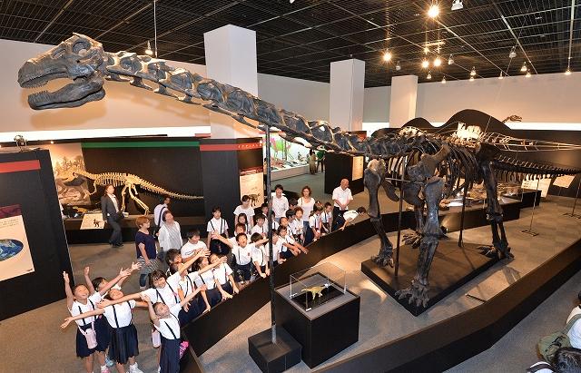 全長15・5メートルのプウィアンゴサウルス全身骨格標本などを披露している特別展「南アジアの恐竜時代」=10日、福井県勝山市の県立恐竜博物館