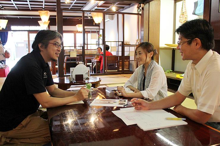 打ち合わせをする(左から)東海さん、大野さん、高岡ガスの担当者=高岡市木舟町の山町茶屋