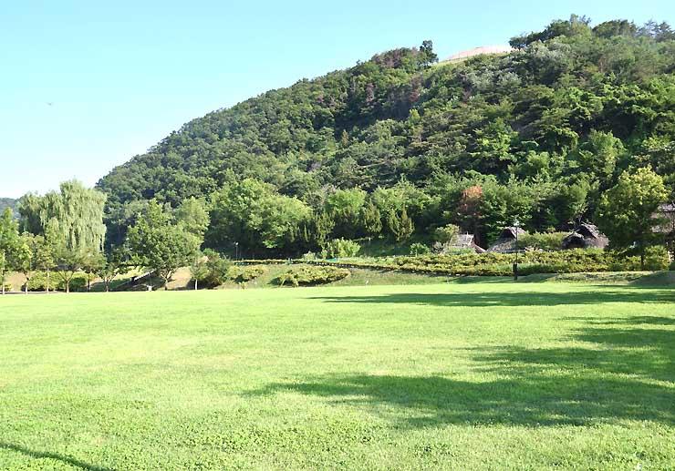 トレイルランニング大会の発着点となる科野の里歴史公園