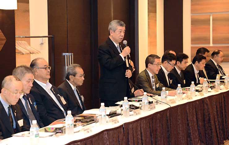 旅行商品化相互プロモーション会議であいさつする庄田会長(中央)