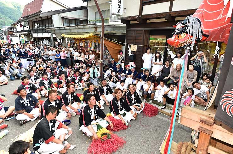 力強い獅子舞で見物客を魅了した「薮原祭り」=10日午後、木祖村薮原