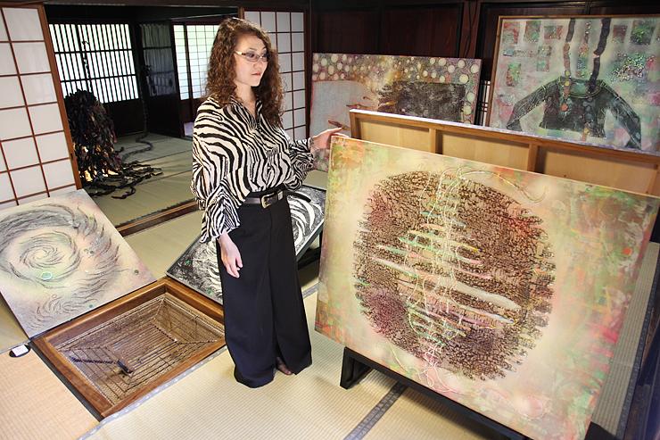 菅沼集落の合掌家屋に最新作「織」(右手前)などを展示した玉本さん
