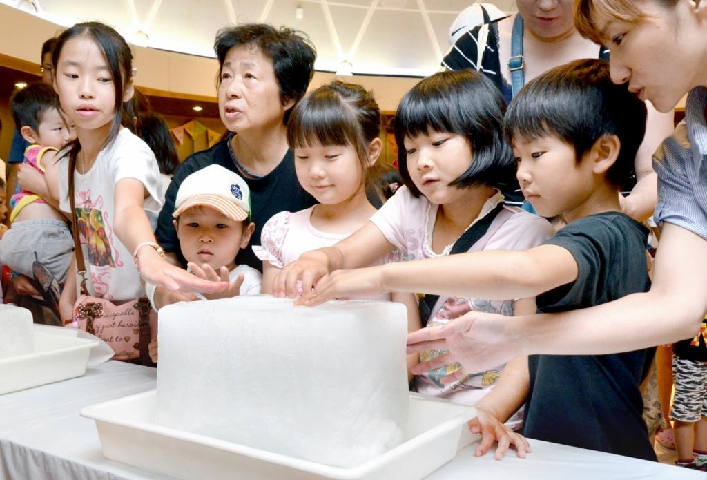 興味深そうに南極の氷を触る子どもら=11日、福井県坂井市の県児童科学館
