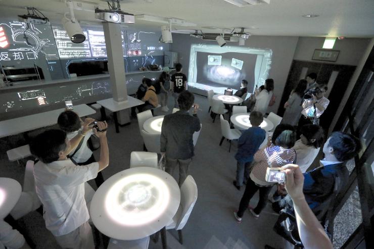 壁やテーブルなどに映像が映されたスタービレッジカフェ