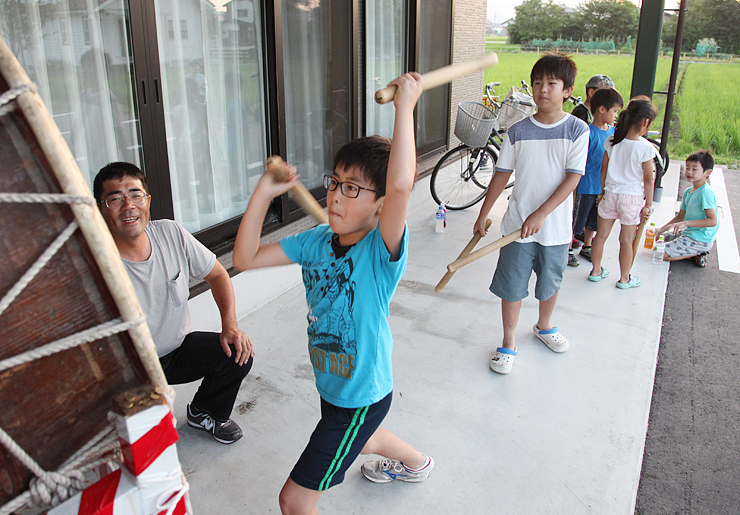 熱送り太鼓の練習に励む児童たち