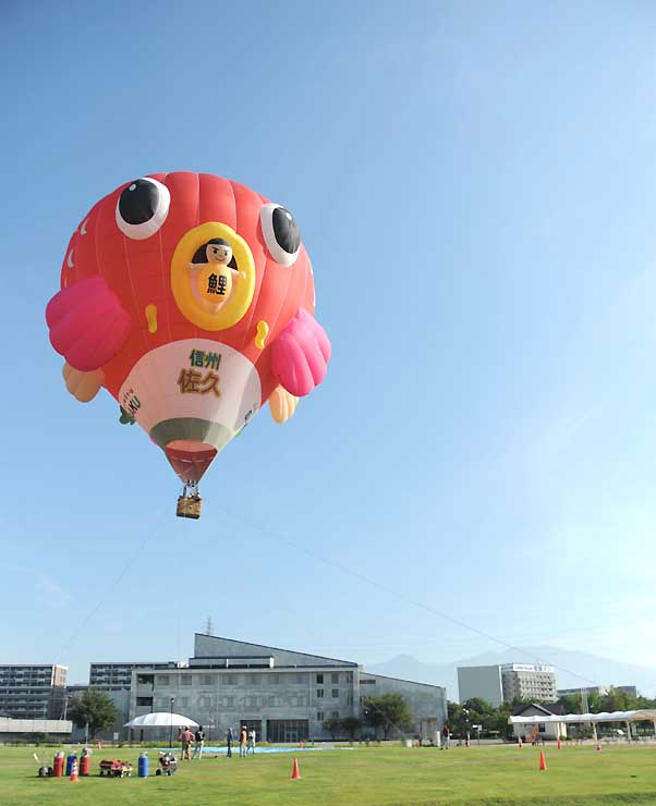 快晴の空の下で開いた熱気球の体験会