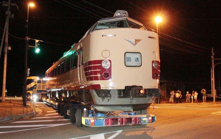 新津鉄道資料館に運ばれる485系車両=12日午前1時前、新潟市秋葉区