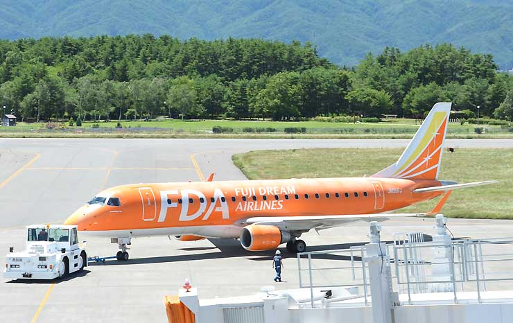 ジェット化以降の累積利用者数が7月下旬にも300万人に達する見通しとなった県営松本空港=14日