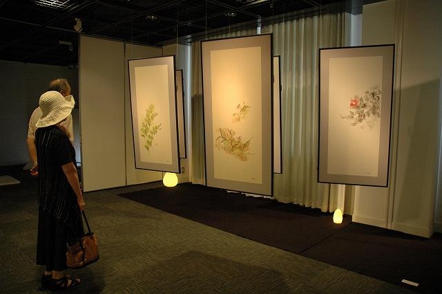 しいのき迎賓館ギャラリーに、多彩な水彩画が並ぶ北嶋三智子さんの「四季のいろどり」展=15日、金沢市広坂2丁目