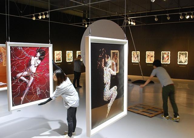 開幕に向けて展示作業が進む会場=16日、福井県あわら市の金津創作の森
