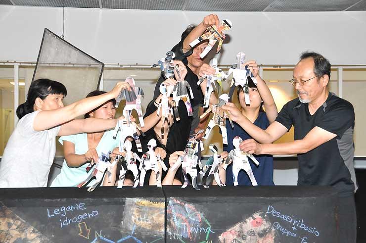 飯田市で披露する人形劇を練習するOPTのメンバー=名古屋市