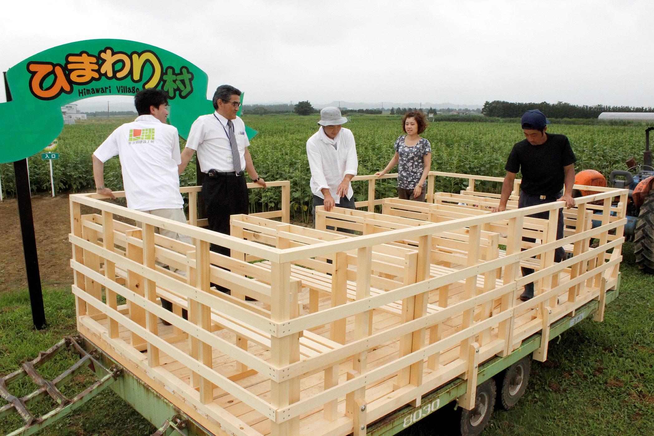 「ひまわりトロッコ」の乗り心地を確かめるイベント関係者=津幡町湖東の「ひまわり村」