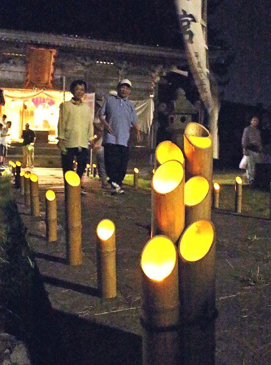 幻想的な雰囲気をつくる竹灯籠=15日、佐渡市真野新町